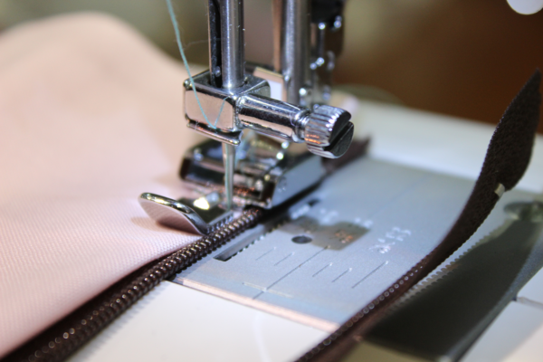 how to attach zipper foot to brother sewing machine